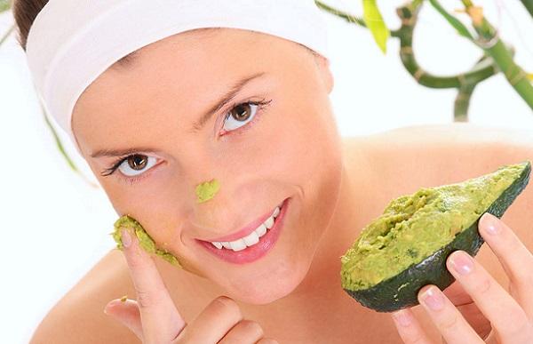 Добиться увлажняющего эффекта можно масками со смесью авокадо
