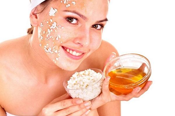 Для питания кожи лица следует добавлять в маски с оливковым маслом творог и мед
