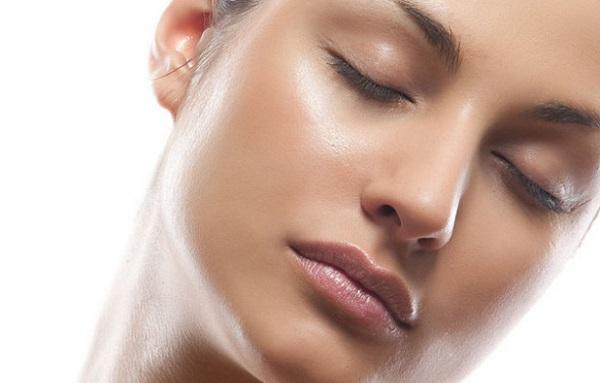 Льняное масло также используется для борьбы с жирным блеском кожи лица
