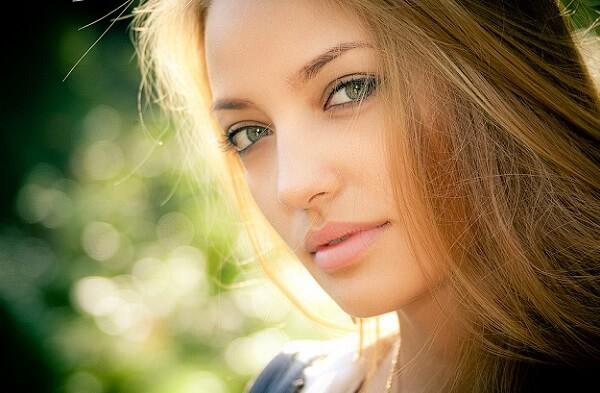 Легкий макияж для русоволосой с зелеными глазами