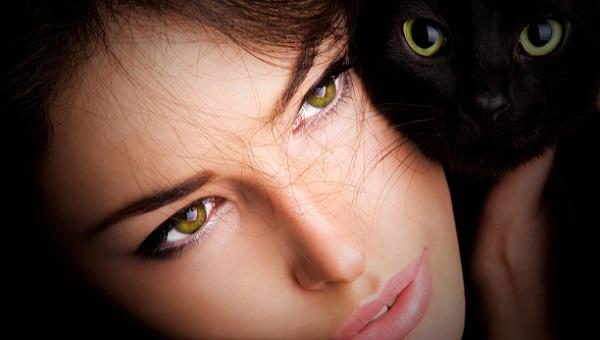 Темные волосы с зелено-карими глазами