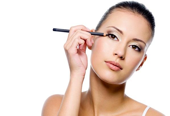 Использование черного карандаша допустимо в дневном макияже