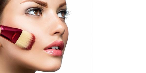 Перед макияжем следует нанести тональную основу