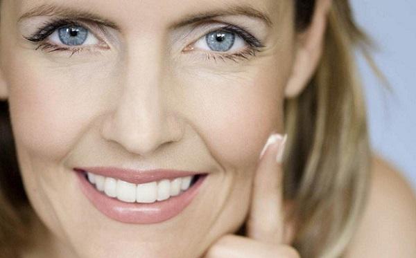 Перед нанесением макияже следует увлажнить кожу кремом