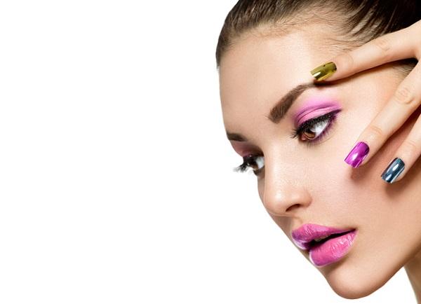 Розовая помада подходит для темных волос