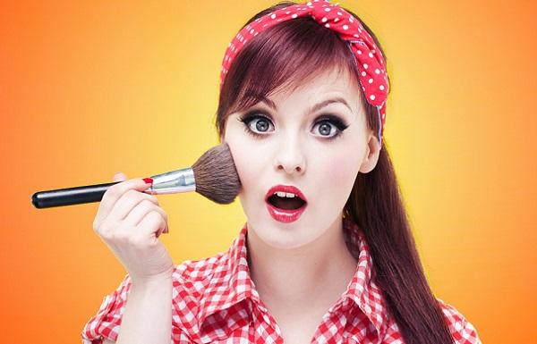 Для пин-ап макияжа потребуется отличный от другого макияжа набор косметики