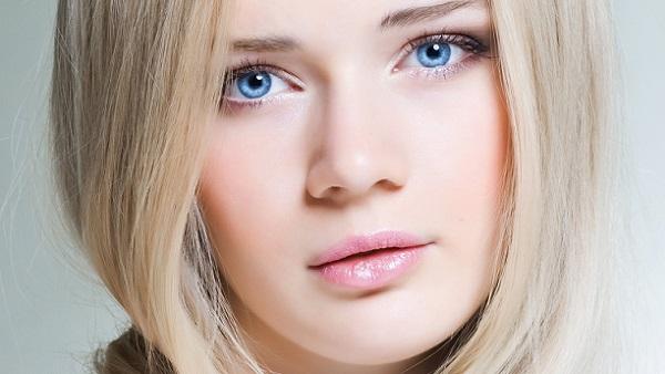 В естественном макияже допустимо использование румян