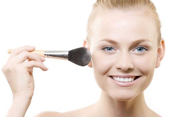 Нанесение тональной основы придает стойкости макияжу