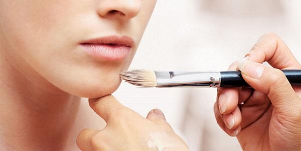 Для естественного макияжа тональный крем должен быть с неплотной текстурой