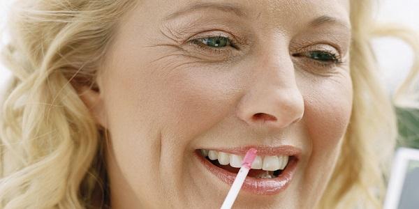 В макияже 50-летней женщины должна присутствовать нюдовая помада
