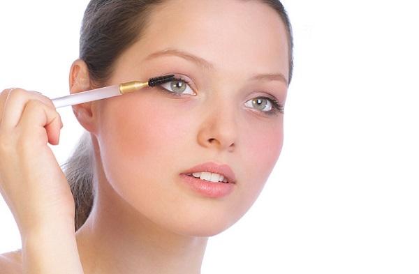В легком макияже ресницы не следует прокрашивать в несколько слоев
