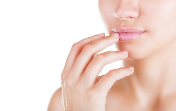 При нанесении макияжа на губы следует придерживаться правил