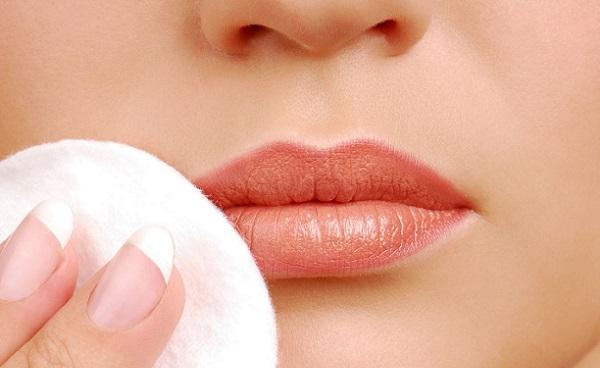 После нанесения основы, губы можно припудрить