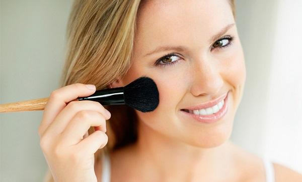 Использование румян допустимо в нюд-макияже