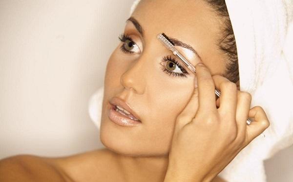 При нанесении макияжа бровей используется также щетка для расчесывания