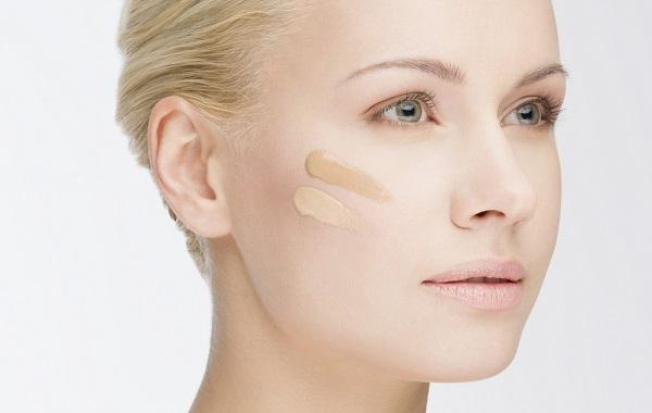 Перед макияжем необходимо нанести тональный крем