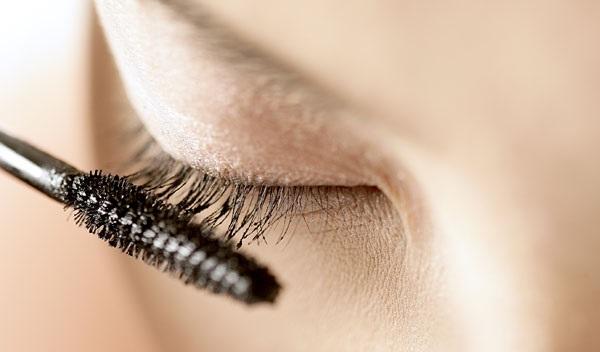 В деловом макияже используется черная тушь
