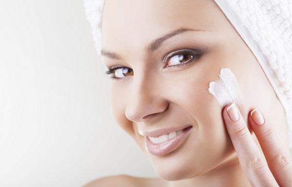 Перед нанесением макияже следует увлажнить кожу лица