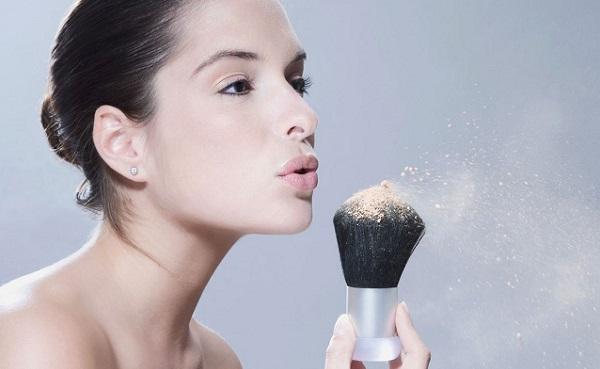 Наносить рассыпчатую пудру следует на уже законченный макияж