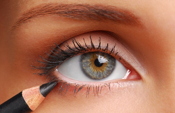 Прорисовывать брови карандашом для глаз не рекомендуется