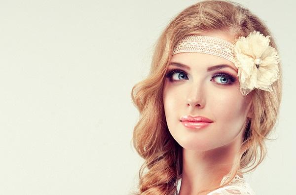 Обладательницам волос рыжего оттенка следует отдавать предпочтение теплым тонам в макияже