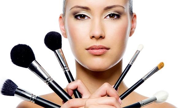 Перед нанесением макияжа следует правильно подобрать необходимые аксессуары