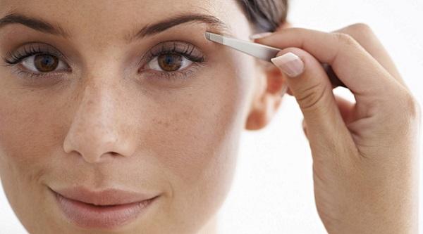 С помощью корректировки формы бровей можно придать лицу другие очертания