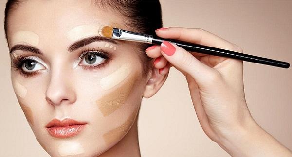 С помощью тонального крема можно визуально скорректировать многие части лица