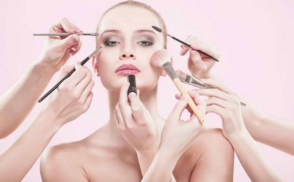Для качественного выполнения макияжа необходимо уметь правильно пользоваться косметическими средствами