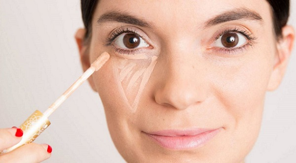 Необходимо замаскировать недостатки кожи перед нанесением макияжа