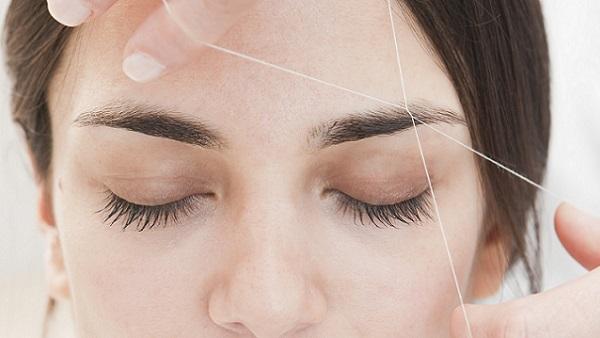 Удаление лишних волосков также проводится с помощью нити