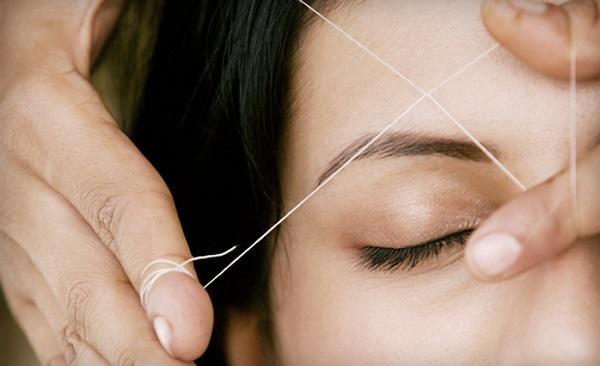 С помощью нити также можно проводить коррекцию формы бровей