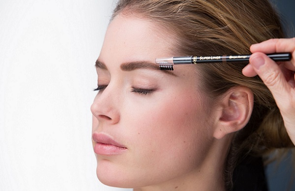 Щеточка для расчесывания бровей зачастую идет в комплекте с карандашом