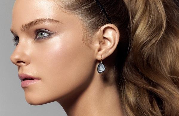 С помощью хайлайтера можно сделать кожу с эффектом свечения