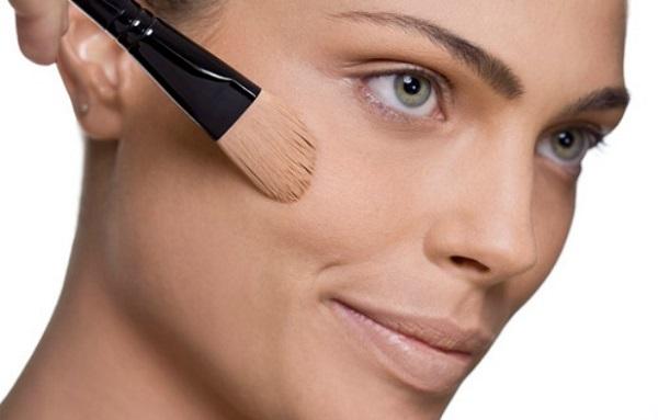 Как и для любого макияжа, подготовительным этапом является нанесение тонального крема