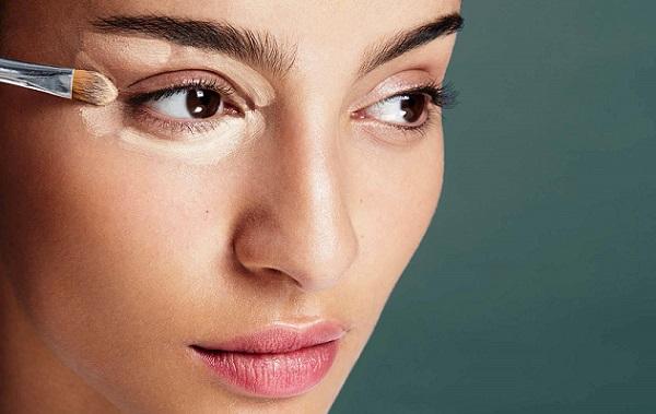 В области глаз следует использовать несколько светлее тональный крем