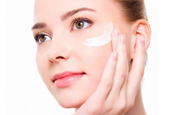 Перед нанесением тонального крема следует увлажнить кожу