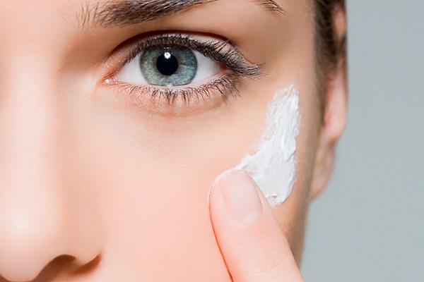 Перед использованием хайлайтера следует увлажнить кожу