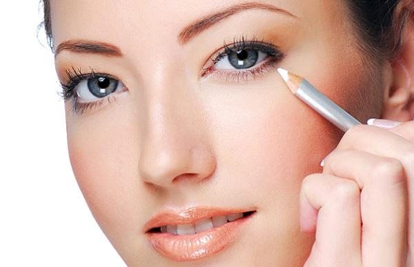Для визуального увеличения глаз можно воспользоваться белым карандашом
