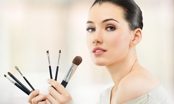 Важный момент в макияже - это выбор подходящих инструментов