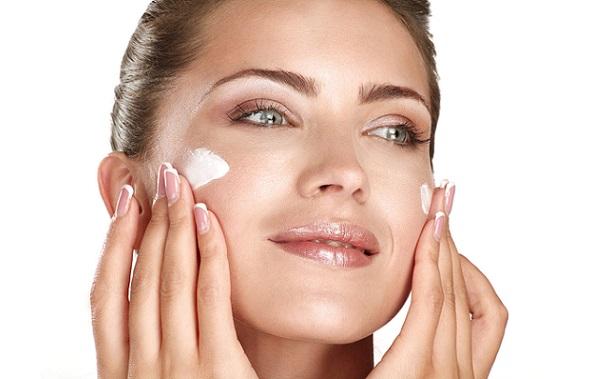 Вне зависимости от формы лица, кожу следует увлажнять перед нанесением макияжа