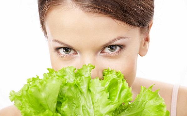 Благодаря листьям салата можно избавиться от эффекта усталости на коже лица