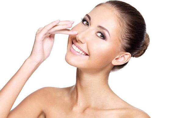 Макияж является оптимальным вариантом для коррекции формы носа
