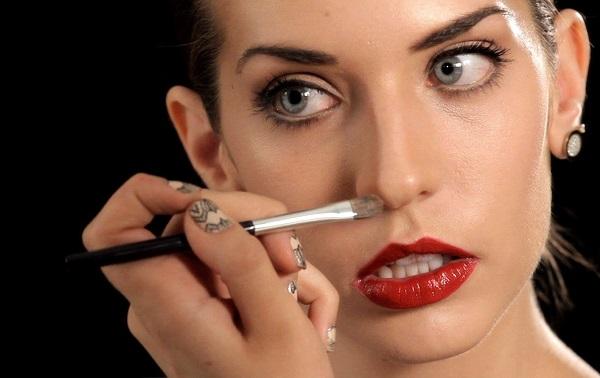 Для коррекции различной формы носа необходимо подбирать свой оттенок средства