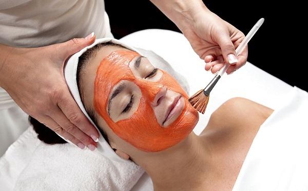 Для краснеющей кожи рекомендованы маски из красной глины