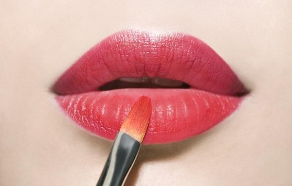 Оформление губ также играет значимую роль в придании лицу худой формы