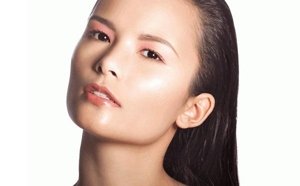 Чтобы выполнить качественный влажный макияж, следует правильно подобрать косметику