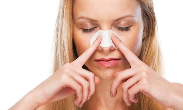 Перед нанесением макияжа следует очистить и подготовить кожу на носу
