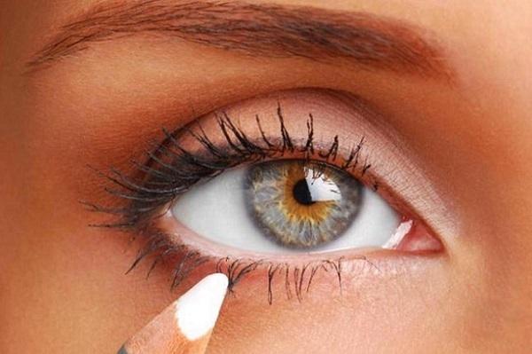 Подводить глаза следует белым карандашом