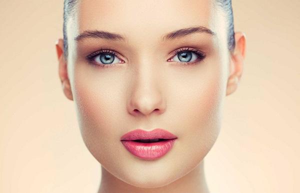 С помощью макияжа можно скорректировать форму лица и сделать его более худым
